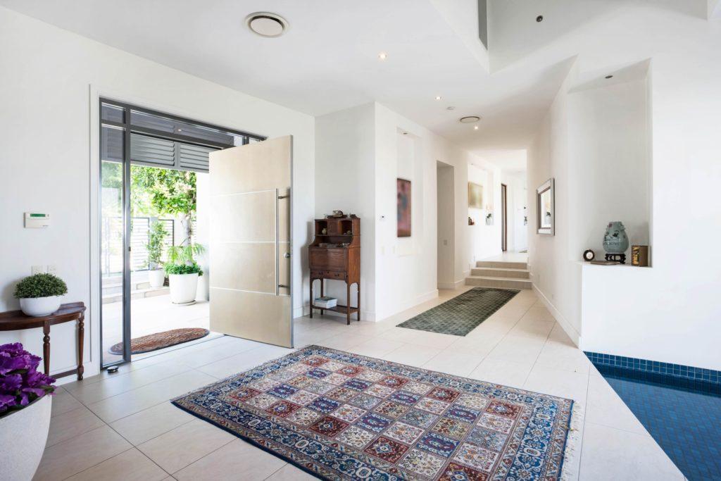 Grand Home Entrance Decor