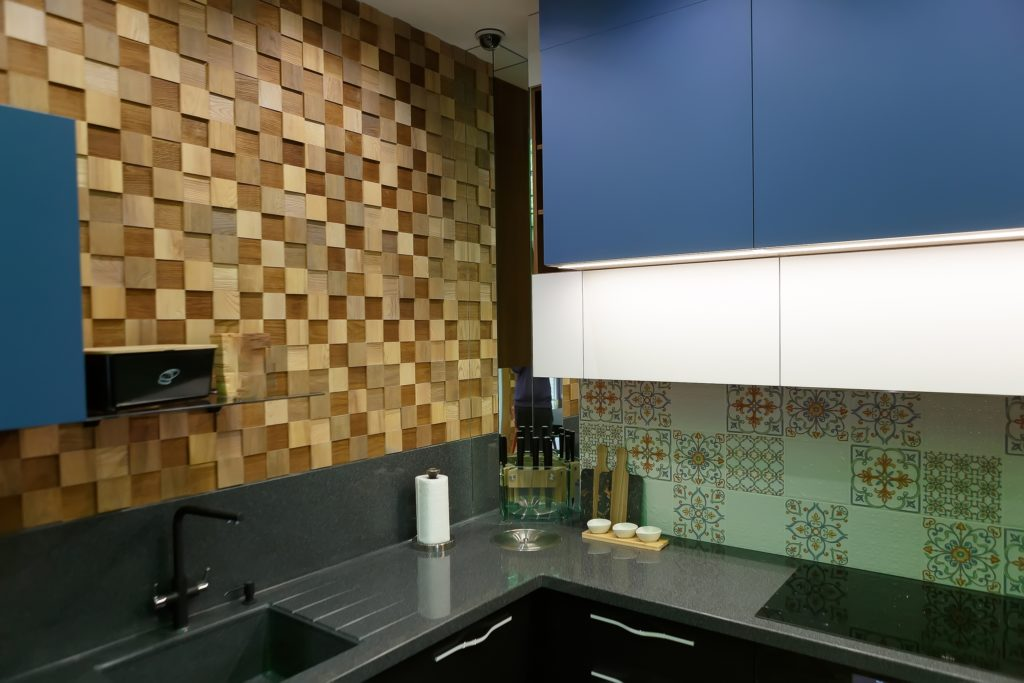 Industrial Kitchen Décor in Natural Wood and Blue