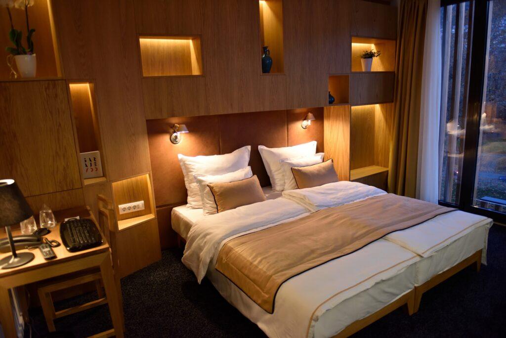 Comfortable Contemporary Bedroom Design in Restful Brown